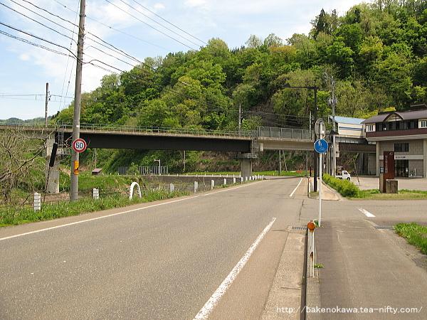県道から見たほくほく大島駅付近