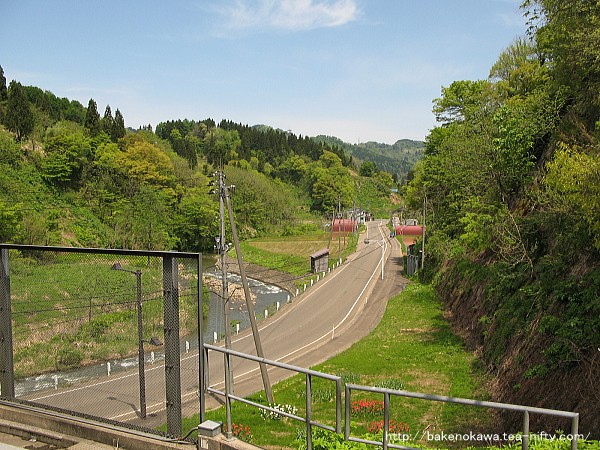 ホームから見た駅前の県道その1
