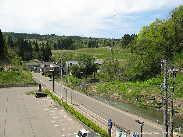 ホームから見た駅前の県道その2