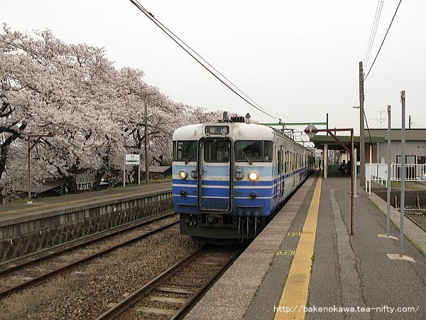 分水駅を出発する115系電車