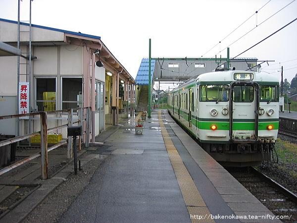 寺泊駅に停車中の115系電車その1