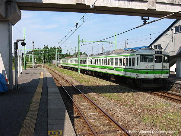 寺泊駅で折り返し待機中の115系電車その2
