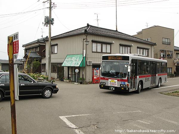 寺泊駅に進入する路線バス