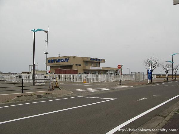 寺泊港内の佐渡汽船フェリーターミナル