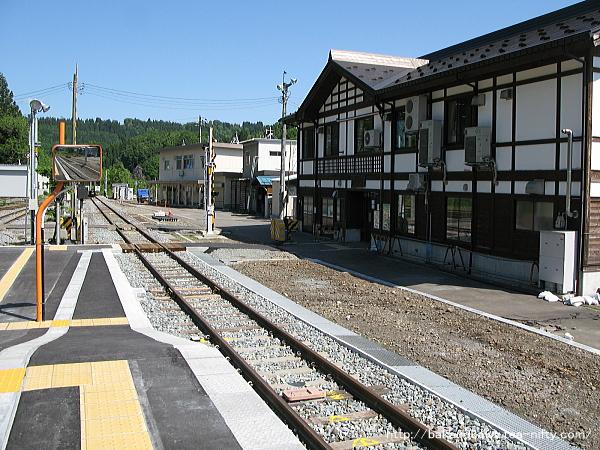 ホーム端から見た駅舎