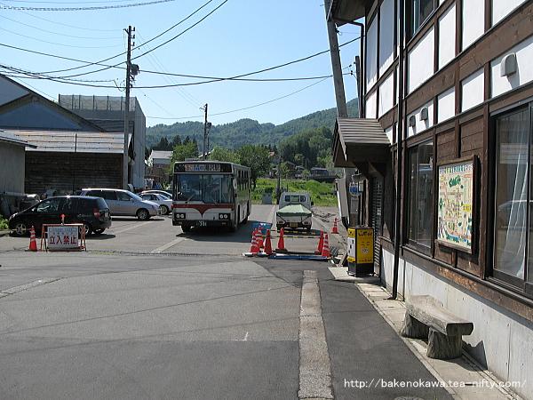 駅前広場で待機中の越後湯沢駅行路線バス