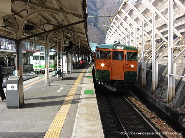 水上駅で待機中の115系電車その1