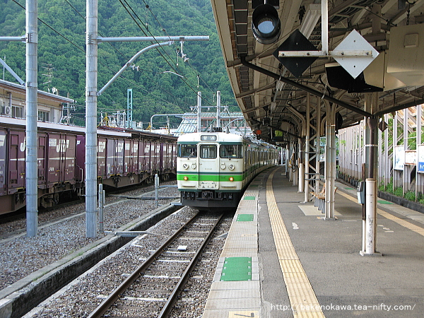 水上駅で待機中の115系電車その2