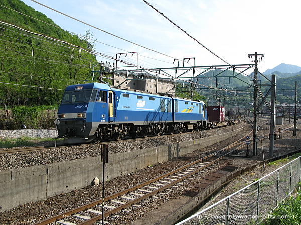 水上駅を出発したEH200形電気機関車牽引の貨物列車