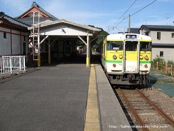 弥彦駅で折り返し待機中の115系電車Y編成
