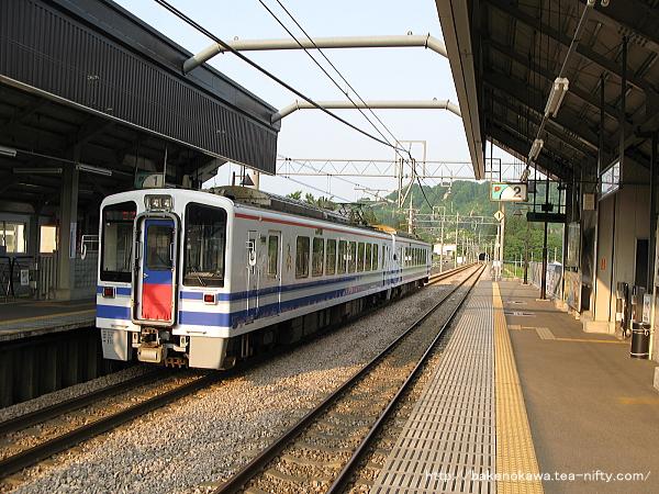 まつだい駅を出発するHK100形電車その1