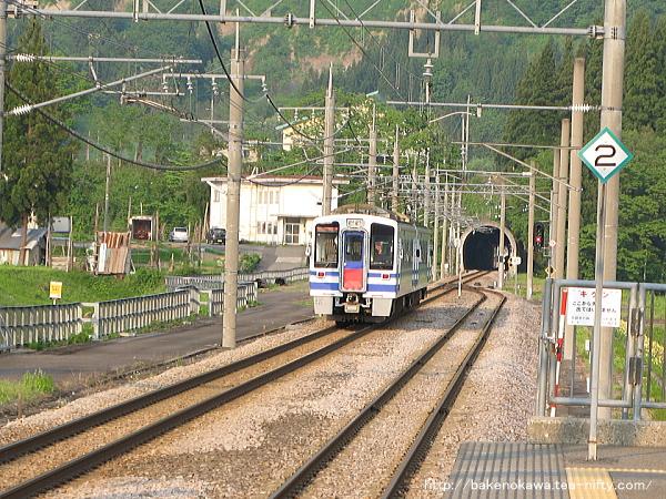 まつだい駅を出発するHK100形電車その2