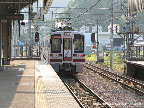 まつだい駅を出発するHK100形電車「ゆめぞら号」