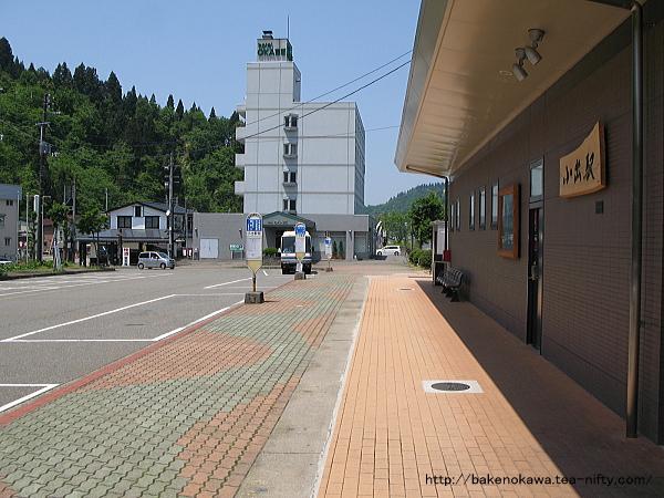 小出駅前のバス乗り場