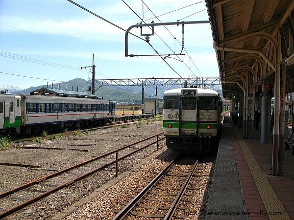 小出駅に到着した115系電車