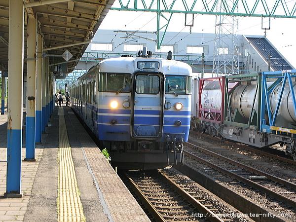 黒井駅を出発する115系電車