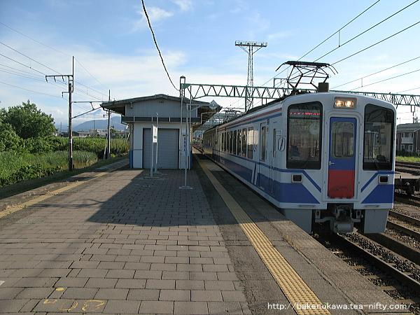 黒井駅を通過するHK100形電車