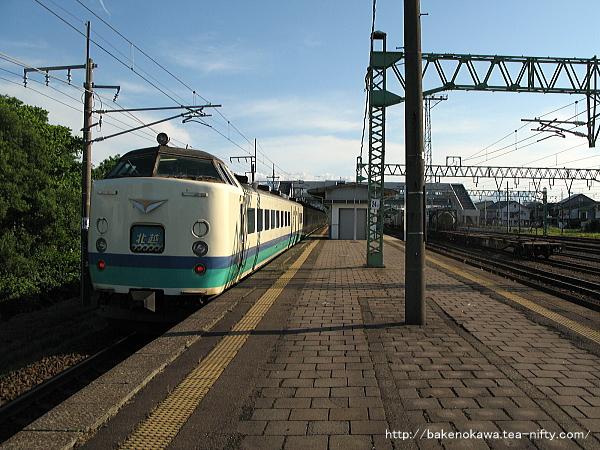 黒井駅を通過する485系電車特急「北越」
