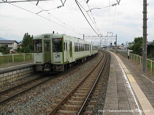 三才駅を出発したキハ110系気動車