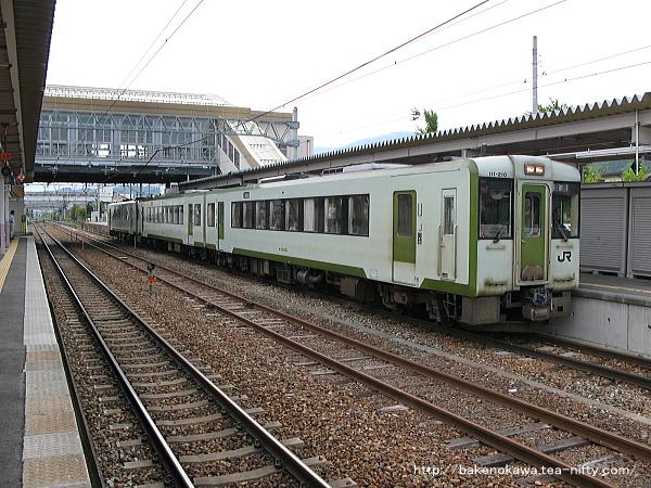 豊野駅に停車中のキハ110系気動車