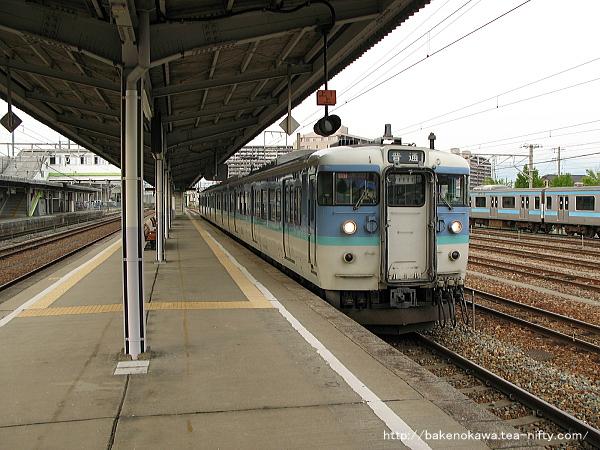 北長野駅に停車中の115系電車