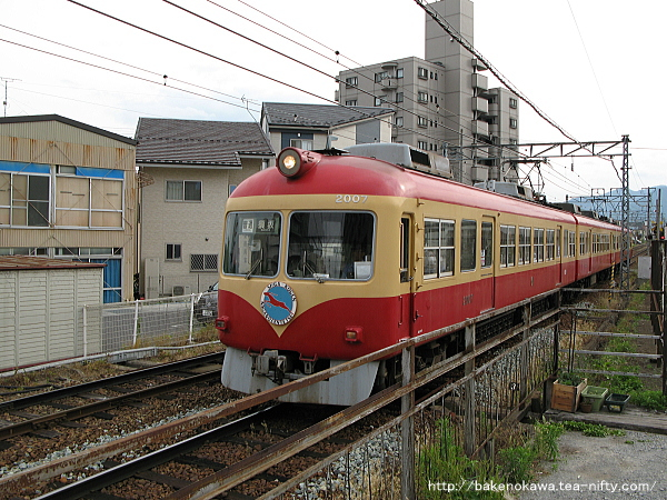 信濃吉田駅に到着した長野電鉄2000系電車その1