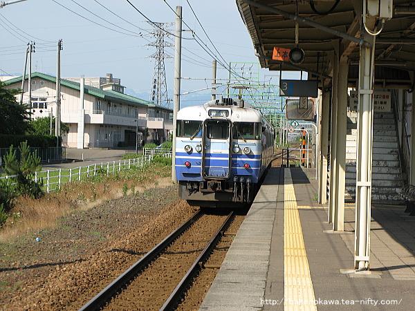 犀潟駅を出発した115系電車