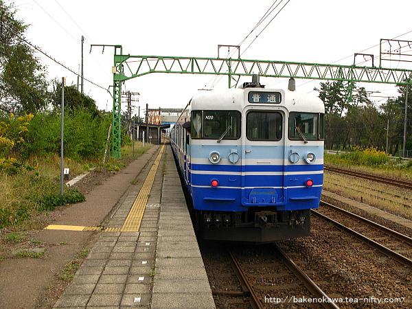犀潟駅を出発する115系電車