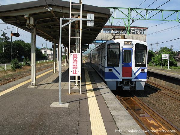 犀潟駅に停車中のHK100形電車