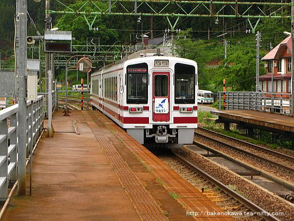 上越国際スキー場前駅を通過するHK100形電車「ゆめぞら」