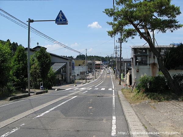 東口近くの県道