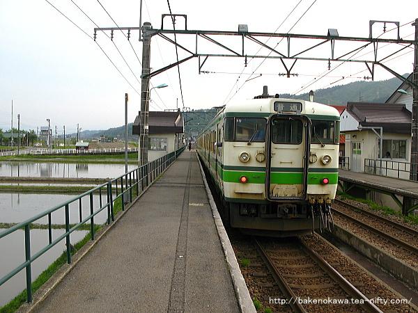 八色駅を出発する115系電車