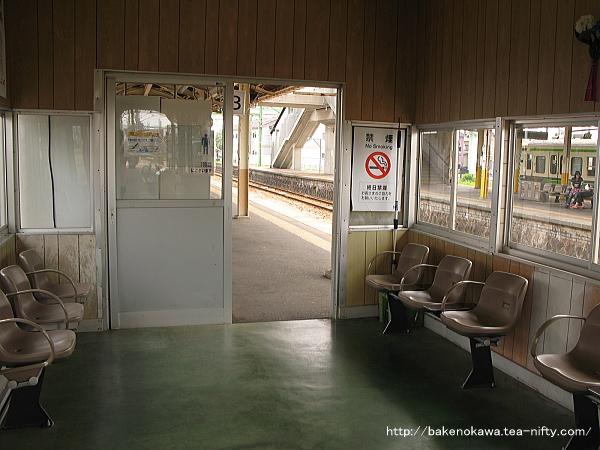 2-3番島式ホーム上の待合室