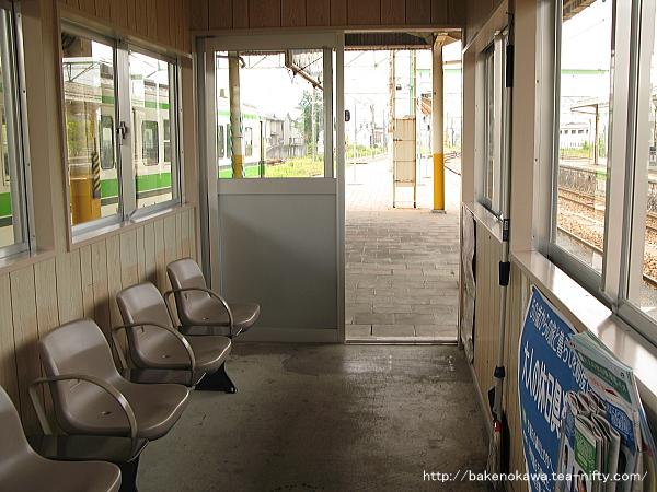 4-5番島式ホーム上の待合室