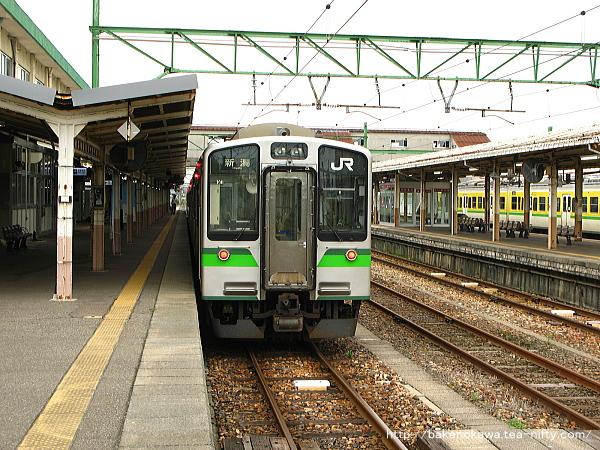 吉田駅で待機中のE127系電車