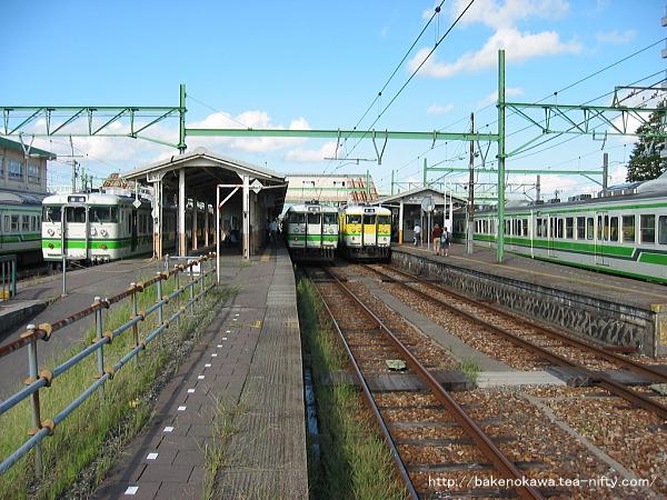 吉田駅で待機中の115系電車その2