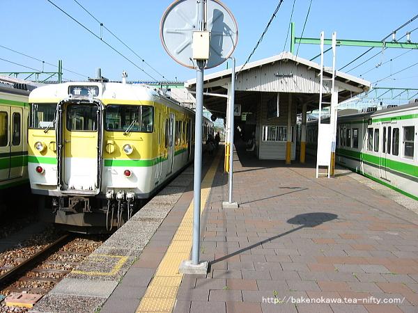 吉田駅で待機中の115系電車Y編成