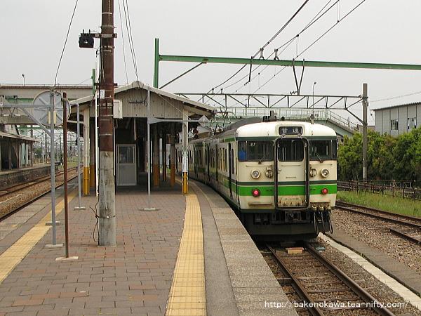 構内に留置中の115系電車