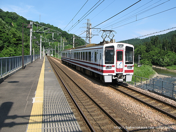 虫川大杉駅を出発したHK100形「ゆめぞら」号