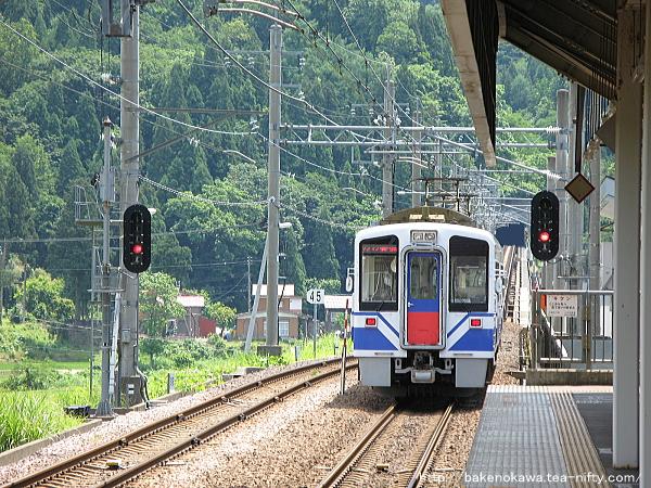 虫川大杉駅を出発したHK100形電車
