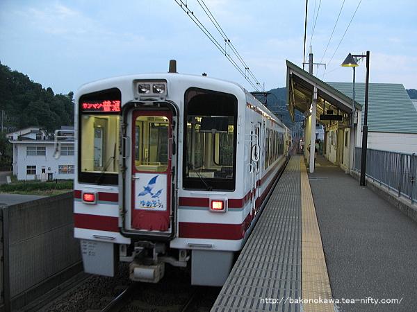 うらがわら駅に到着したHK100形電車「ゆめぞら号」