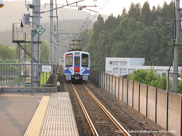うらがわら駅を出発したHK100形電車