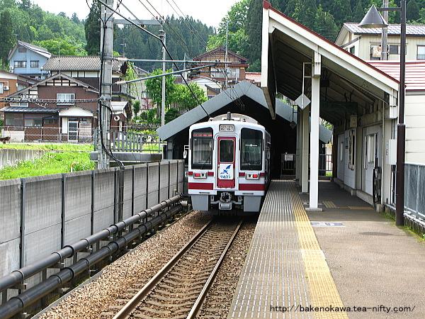 しんざ駅に停車中のHK100形電車「ゆめぞら号」