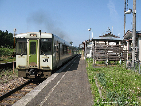 越後岩沢駅を出発するキハ110系気動車
