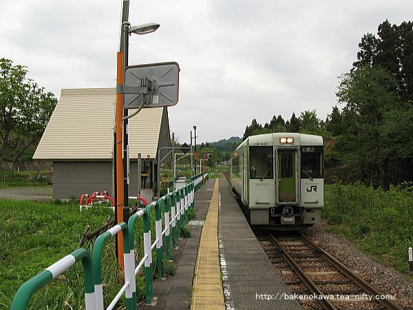 内ヶ巻駅に停車中のキハ110系気動車