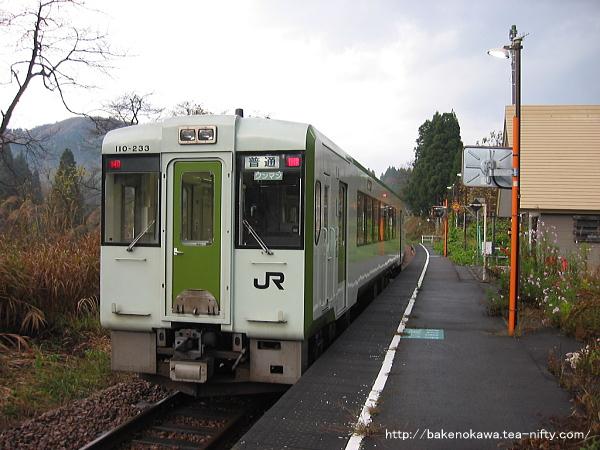 内ヶ巻駅を出発するキハ110系気動車