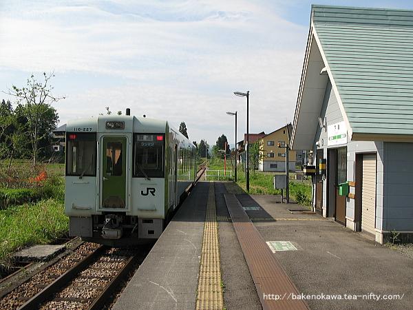 下条駅を出発するキハ110系気動車