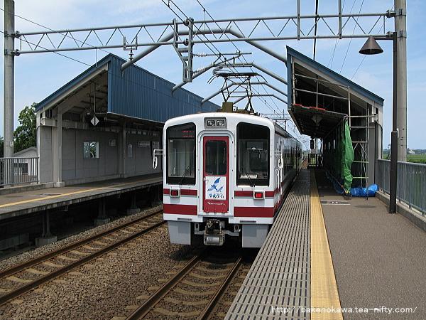 くびき駅に停車中のHK100形電車「ゆめぞら号」