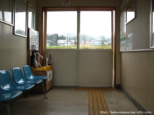 魚沼中条駅待合室内部