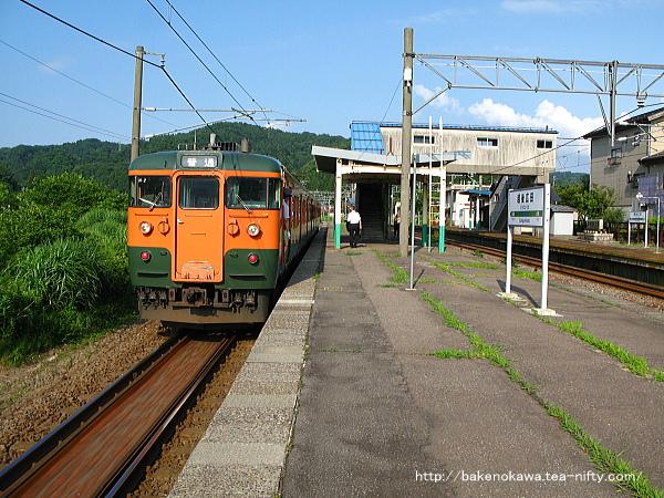 越後広田駅を出発する115系電車